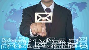 Concepto del correo electrónico del tacto del hombre de negocios Imagenes de archivo