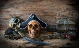 Concepto del cráneo del pirata, aún vida Fotografía de archivo