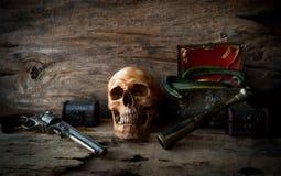 Concepto del cráneo del pirata, aún vida Foto de archivo