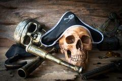 Concepto del cráneo del pirata, aún vida Imagenes de archivo