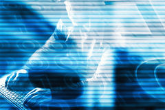 Concepto del crimen de Internet Pirata informático en fondo digital azul imagen de archivo libre de regalías