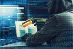 Concepto del crimen de Internet Pirata informático que trabaja en un código y que roba la tarjeta de crédito con el interfaz digi foto de archivo libre de regalías