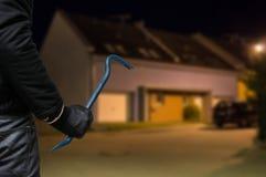Concepto del crimen El ladrón o el ladrón con la palanca se coloca delante de Fotografía de archivo