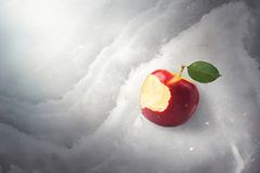 Concepto del cuento del cuento de hadas con la manzana roja mordida envenenada que pone encendido fotografía de archivo