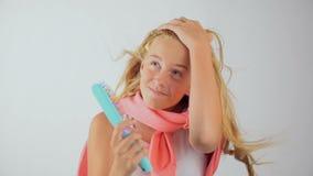 Concepto del cuidado del cabello, del peinado y de la gente - mujer joven o adolescente confundido almacen de metraje de vídeo