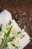 Concepto del cuidado del cuerpo de las toallas de baño del salón del balneario de la belleza foto de archivo