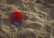 Concepto del cuidado de niños Juguete en una piscina de la arena Fotografía de archivo