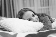 Concepto del cuidado de ni?os Relajaci?n agradable del tiempo Salud mental y positividad Meditaci?n y relajaci?n dirigidas libres imágenes de archivo libres de regalías