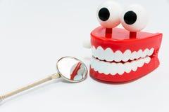 Concepto del cuidado dental en el fondo blanco con la herramienta del dentista del espejo Fotografía de archivo libre de regalías