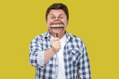 Concepto del cuidado del enfoque o del diente de la sonrisa Retrato del hombre envejecido medio en la situación a cuadros casual  imagenes de archivo