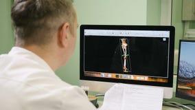 Concepto del cuidado médico Doctor en el hospital que mira la exploración del CT Sobre el tiro del hombro del científico médico d almacen de video