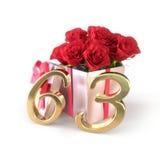 Concepto del cumpleaños con las rosas rojas en el regalo aislado en el fondo blanco sexagésimo tercer 63.o 3d rinden Foto de archivo libre de regalías