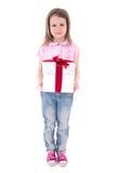 Concepto del cumpleaños - niña linda con la caja de regalo aislada en wh Fotografía de archivo libre de regalías
