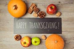 Concepto del Día de Acción de Gracias con la calabaza, las manzanas y las nueces en la tabla de madera Imágenes de archivo libres de regalías