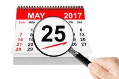 Concepto del día de ascensión 25 pueden el calendario 2017 con la lupa Fotos de archivo libres de regalías