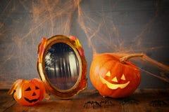 Concepto del día de fiesta de Halloween Calabaza linda y viejo marco Foto de archivo libre de regalías