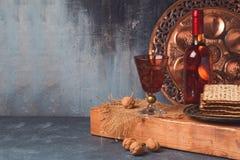 Concepto del día de fiesta de la pascua judía con el vino y el matzoh Fotografía de archivo libre de regalías