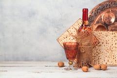 Concepto del día de fiesta de la pascua judía con el vino y el matzoh sobre fondo rústico Imagenes de archivo