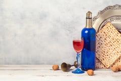 Concepto del día de fiesta de la pascua judía con la botella de vino y el matzoh azules sobre fondo rústico Fotografía de archivo libre de regalías