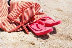 Concepto del día de fiesta de la playa de Flip Flops Bag Starfish Sand Imagenes de archivo