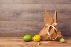 Concepto del día de fiesta de Pascua con el bolso del regalo y las decoraciones de los huevos Fotos de archivo