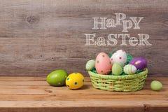 Concepto del día de fiesta de Pascua con la cesta de los huevos Imágenes de archivo libres de regalías