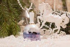 Concepto del día de fiesta del Año Nuevo de la Navidad Bell, caballo blanco, guirnalda Imágenes de archivo libres de regalías