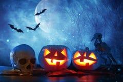 Concepto del día de fiesta de Halloween Calabazas sobre la tabla de madera en el bosque asustadizo, frecuentado y brumoso de la n ilustración del vector