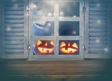 Concepto del día de fiesta de Halloween Tabla rústica vacía delante del fondo frecuentado del cielo nocturno y de la ventana viej imagenes de archivo