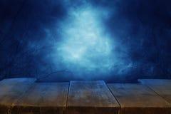 Concepto del día de fiesta de Halloween Vacie la tabla rústica delante del fondo asustadizo y brumoso del cielo nocturno Aliste p imagenes de archivo