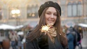 Concepto del día de fiesta, de la Navidad y de la gente - mujer feliz joven que lleva el traje de Papá Noel que lleva a cabo la l almacen de metraje de vídeo