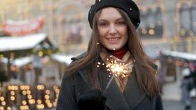 Concepto del día de fiesta, de la Navidad y de la gente - mujer feliz joven que lleva el traje de Papá Noel que lleva a cabo la l almacen de video