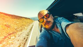 Concepto del día de fiesta de las vacaciones del viaje Un hombre joven hermoso que hace a uno mismo Foto de archivo libre de regalías