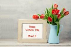 Concepto del día de las mujeres, 8vo de marzo con las flores del tulipán y marco de la foto Imagen de archivo libre de regalías