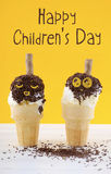 Concepto del día de los niños felices con los conos de helado de la diversión Foto de archivo libre de regalías