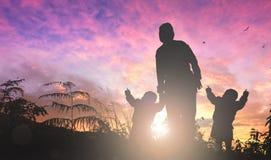 Concepto del día de madre: mamá y niño en fondo de la puesta del sol foto de archivo libre de regalías