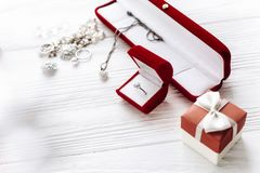 Concepto del día de San Valentín anillo de diamante elegante en la actual caja roja a Foto de archivo