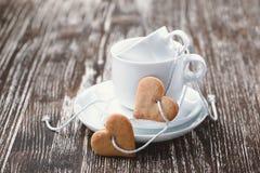Concepto del día de tarjeta del día de San Valentín Galletas y tazas en forma de corazón Foto de archivo libre de regalías
