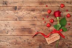 Concepto del día de tarjeta del día de San Valentín con la flor y el chocolate color de rosa de la forma del corazón imagen de archivo libre de regalías