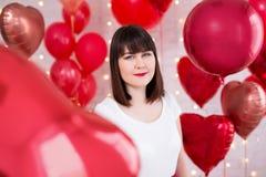 Concepto del día de tarjeta del día de San Valentín - mujer hermosa con los globos en forma de corazón rojos imagen de archivo libre de regalías