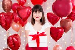 Concepto del día de tarjeta del día de San Valentín - mujer hermosa feliz con la caja de regalo y los globos rojos fotos de archivo libres de regalías