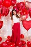 Concepto del día de tarjeta del día de San Valentín - retrato integral de la mujer joven hermosa con los globos en forma de coraz foto de archivo