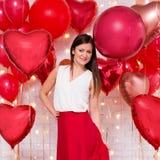 Concepto del día de tarjeta del día de San Valentín - retrato de la mujer hermosa con los globos en forma de corazón foto de archivo libre de regalías