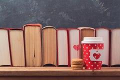 Concepto del día de tarjetas del día de San Valentín con la taza de café, los macarons y los libros de papel del vintage Imágenes de archivo libres de regalías