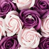 Concepto del día de tarjetas del día de San Valentín Anillo de compromiso en rosa rosada, declaración del amor Visión superior, m fotos de archivo