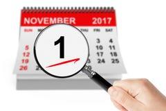 Concepto del Día de Todos los Santos 1 de noviembre de 2017 calendario con la lupa Imágenes de archivo libres de regalías