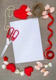 Concepto del día del ` s de la tarjeta del día de San Valentín, fondo romántico en la harpillera, desig Foto de archivo