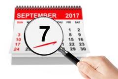 Concepto del día del salami 7 de septiembre de 2017 calendario con la lupa Fotografía de archivo libre de regalías