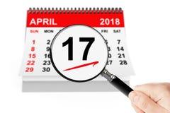 Concepto del día del impuesto 17 de abril de 2018 calendario con la lupa foto de archivo