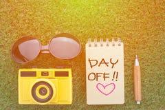 Concepto del día libre con la cámara del cuaderno de los vidrios de sol y el penci agudo Imagen de archivo